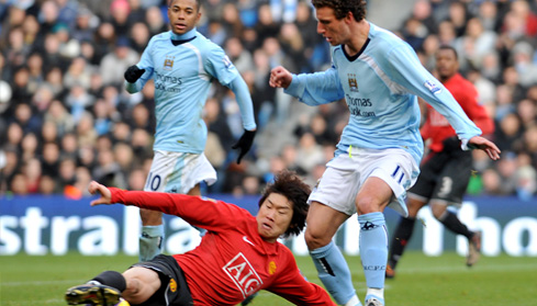 Blumer Elano and Manchester United's Ji-Sung Park battle for the ball